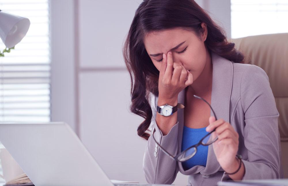 Mujer-con-nervios-en-el-trabajo-o-negocio