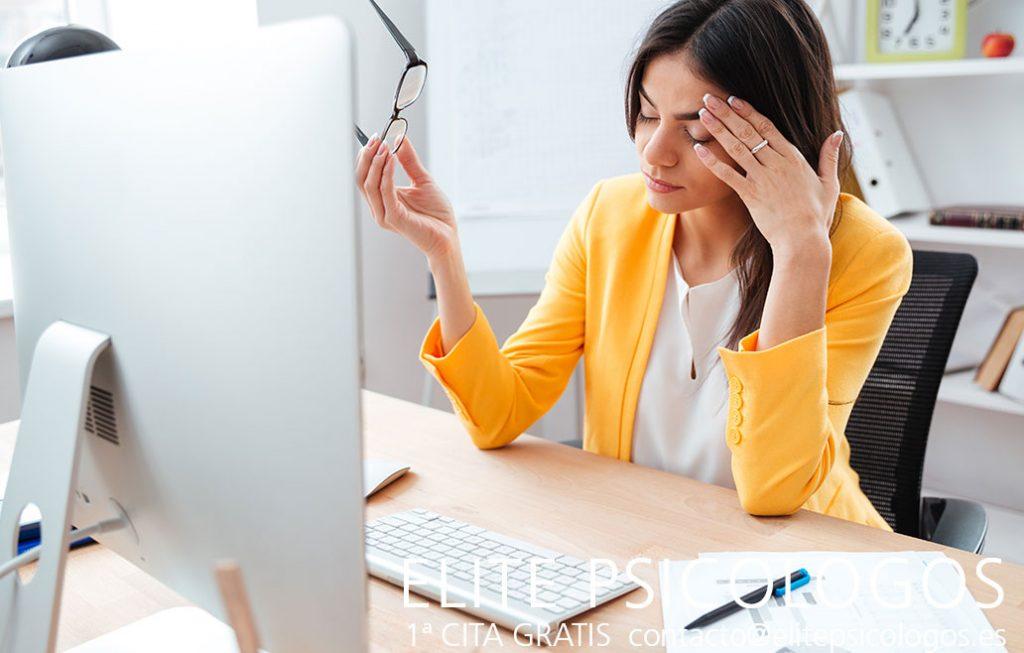 Dolor de cabeza crónico de mujer en oficina