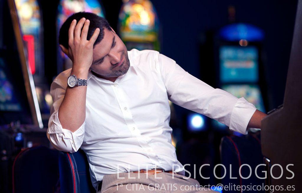 hombre depresivo por problema de adicción al juego