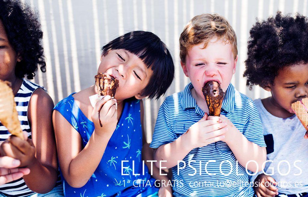Niños comiendo helado robado