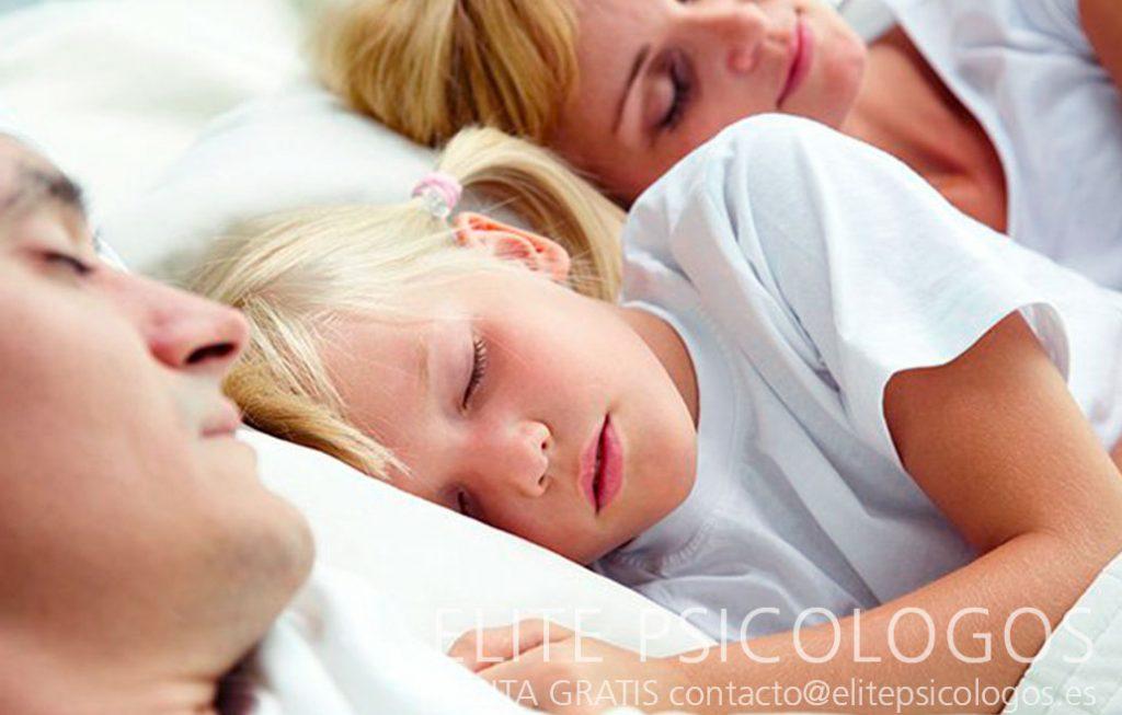 Niña durmiendo con padres por los terrores nocturnos